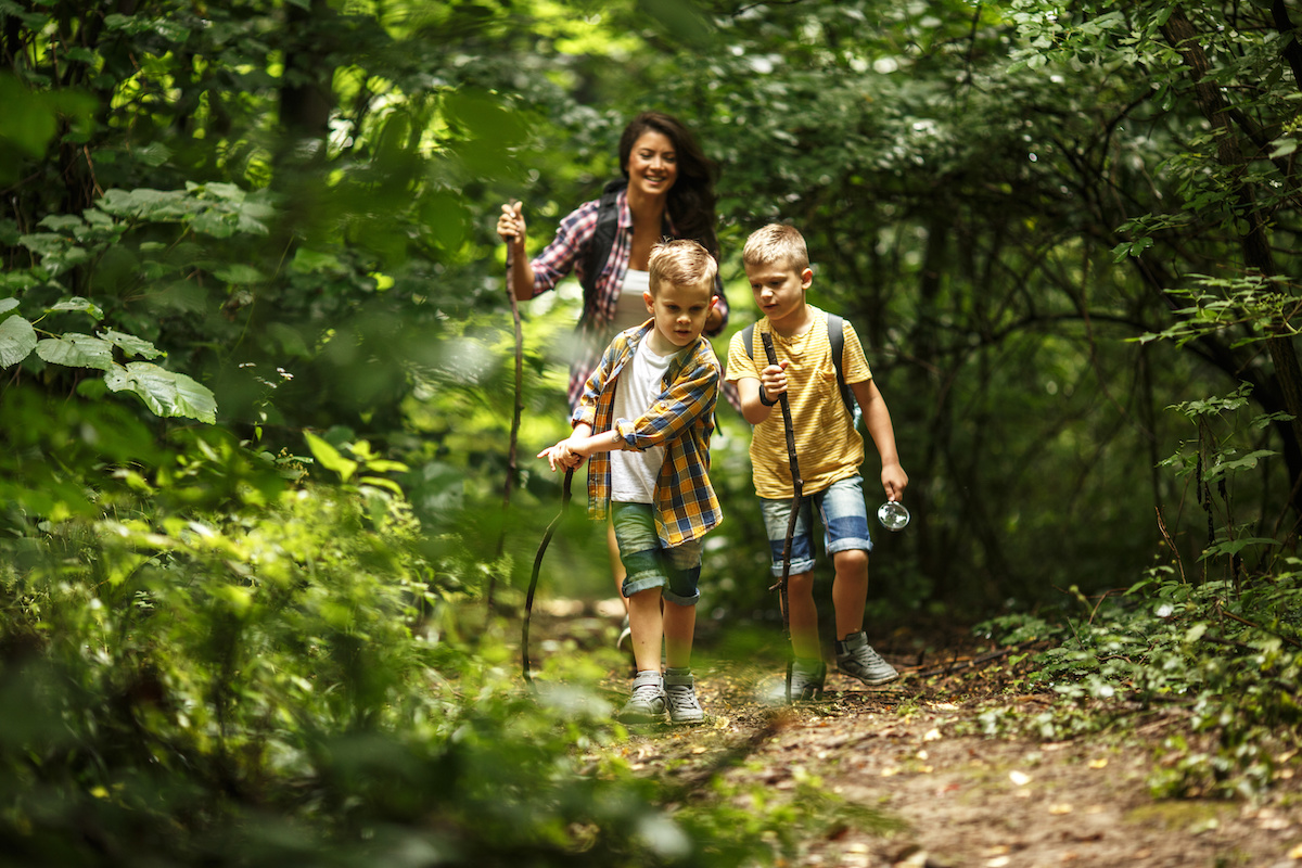 summer-hike-active-family-vacation
